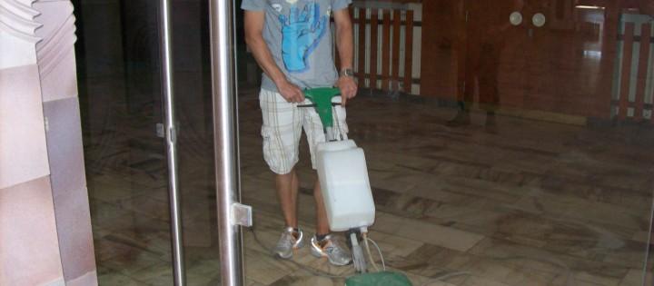 Mytí podlah včetně voskování Praha