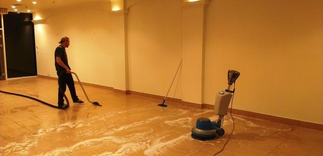 Postavební úklid v hale na Praze 1