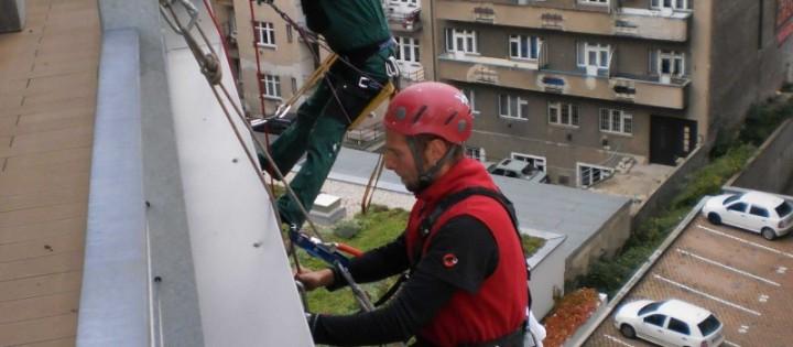 Mytí oken horolezecky ve výškách Praha